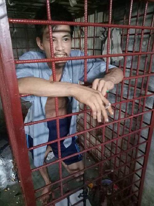Anh Quang thường xuyên bị nhốt trong cũi