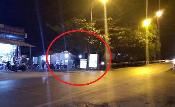 Một lán hàng hằng đêm lấn chiếm hành lang an toàn giao thông được cho là lối đi duy nhất để chị Loan vào phần đất của mình.