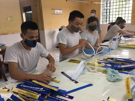 Hơn 500 học viên rất hào hứng làm 4500 kính chống giọt bắn tặng cán bộ, bác sĩ, chiến sĩ, tình nguyện viên phòng chống dịch Covid 19