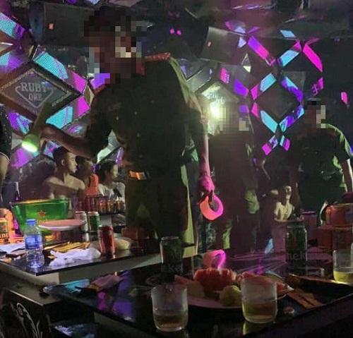 Lực lượng cảnh sát đột kích Bar - Karaoke Ruby lúc rạng sáng.