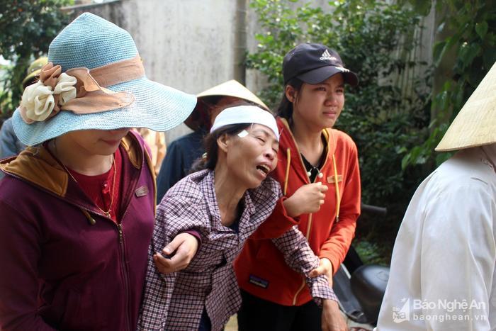 Bà Hoa (giữa) kêu khóc thảm thiết khi đưa tiễn con trai. Ảnh: Huy Thư