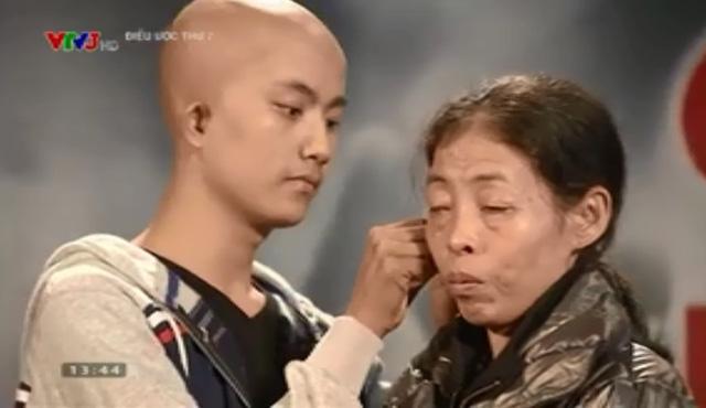 T và mẹ Hoa trong chương trình